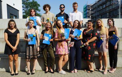Die stolzen Fachabiturientinnen und Abiturienten der 12FOS2