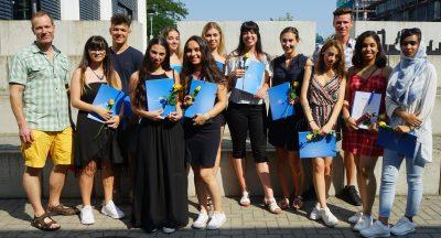 Die glücklichen Absolventinnen und Absolventen der 12FOS1 mit ihrem Klassenlehrer Herr Differt.